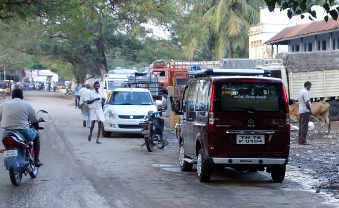 Pissing by a busy street, Tiruneveli
